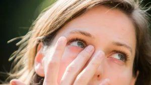 Появилась привычка тереть глаза, насколько это вредно?