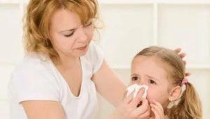 Насморк у ребенка после прививки, идти ли в сад?