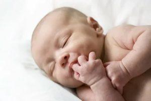 Ребенок 2 месяцев сосет ручку и пальчики