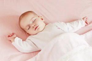 Почему ребенок на спине лежит с поднятыми руками?