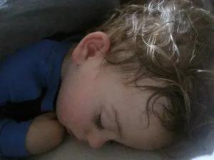 Потеет голова у ребенка