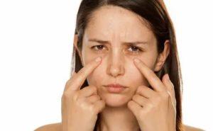 Мешки под глазами - к какому врачу обращаться?