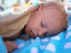 Как понять, что малышу жарко или холодно во время сна?