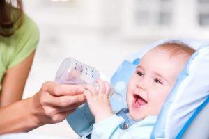 Как приучить месячного ребенка пить немного воды?