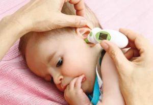 Ребенок теребит уши
