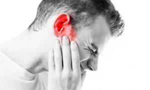 Беспокоит непроходящий сухой кашель, боль в ухе
