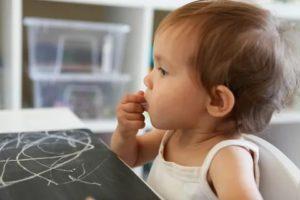 Ребенок ест мел