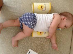 Ребенок переворачивается во сне, плохо спит