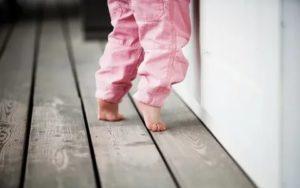 Ребенок ходит на мысочках